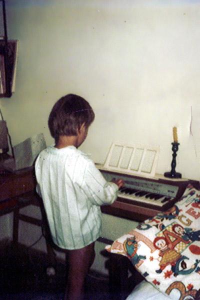 1975. Kisfiú az orgonánál